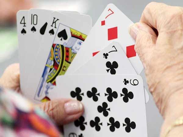 Cần tính toán thật kỹ khi chơi game bài phỏm